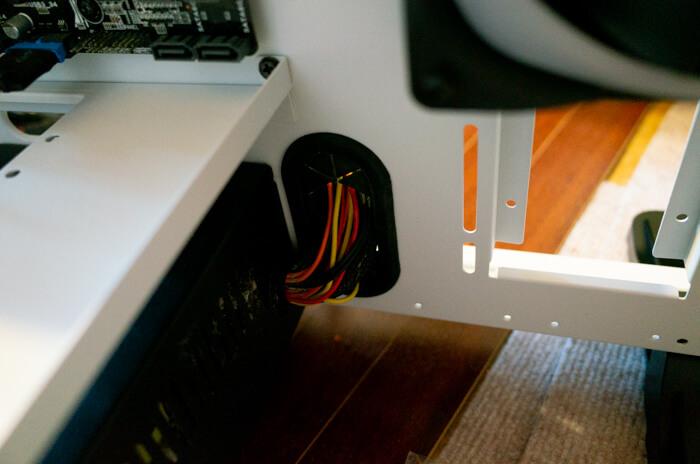 電源ケーブルを裏配線のために裏側に回す
