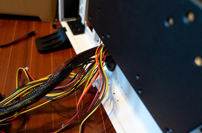 裏配線のために電源ケーブルを裏側に回す