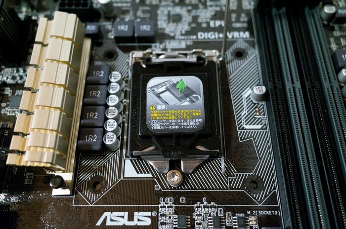 新品のマザーボードの場合、CPUソケットに黒い保護カバーがついている