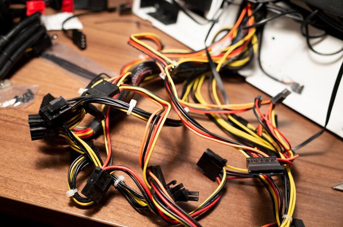 電源ケーブルをすべて外すと、ごちゃごちゃになる
