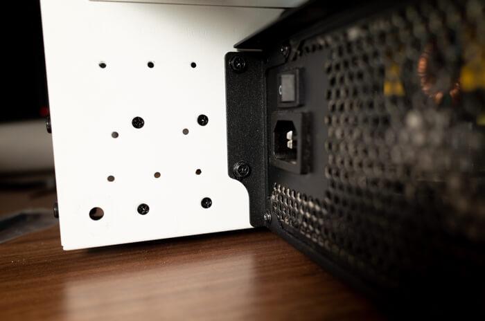 ケースに固定された電源ユニットのネジを外す
