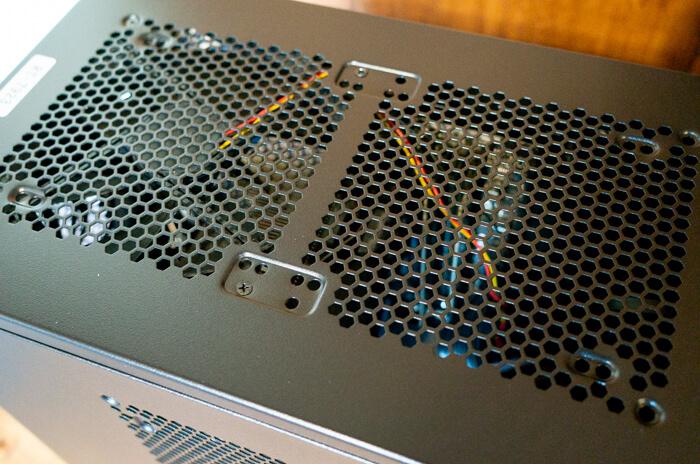 ガレリアZZ 9900Kの上部はメッシュ構造になっていて、排気用のファンがついている