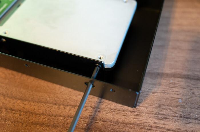 SSDを裸族のインナーに取り付ける